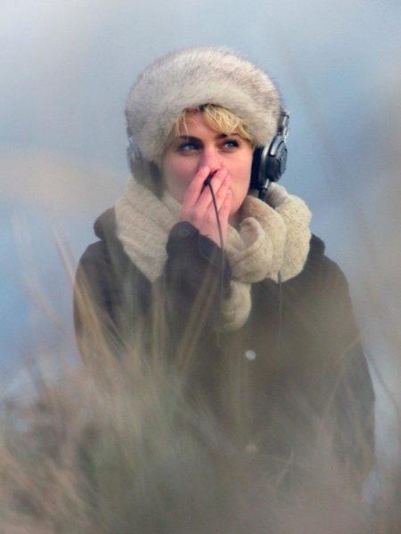 Portraitfoto von Stephanie Krah mit Fellmütze und Kopfhörern