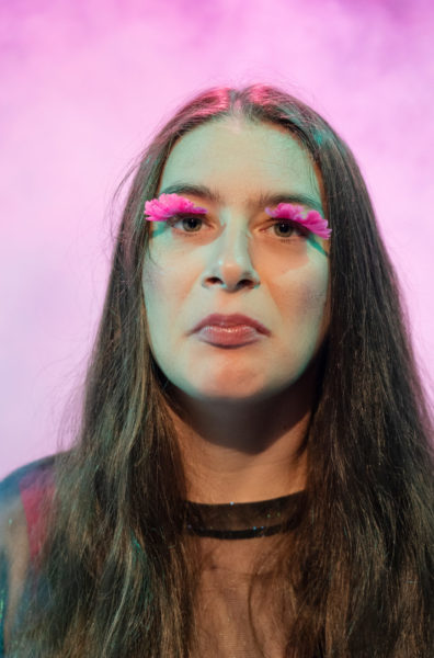 Portraitfoto von Jutta Tille mit falschen pinken Wimpern