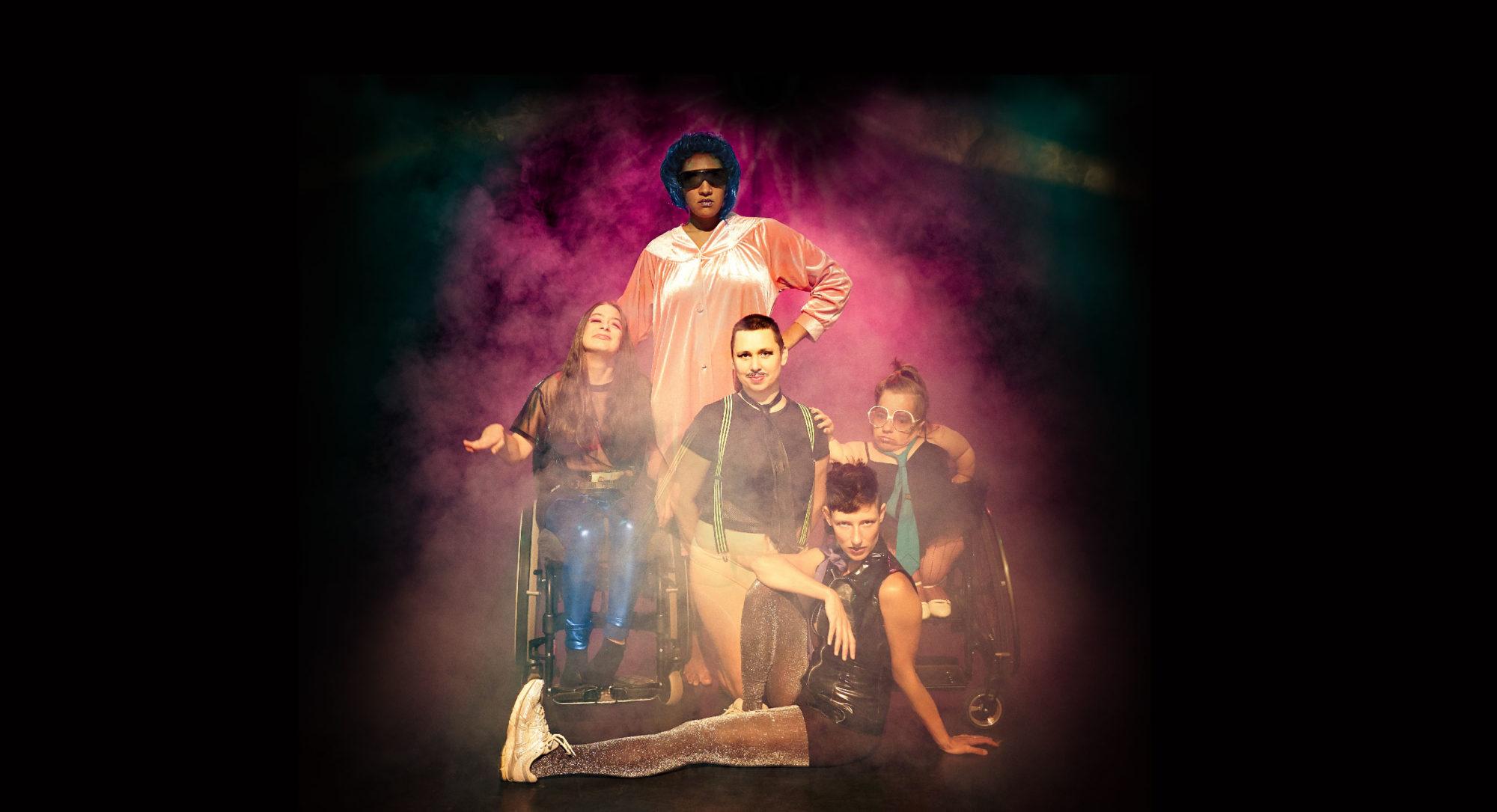 Gruppenfoto des Kollektivs in Disco Outfits, Nebel und Scheinwerferlicht im Hintergrund
